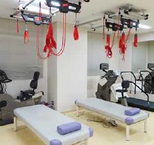 (左)頚椎・腰椎牽引装置 (右)マイクロ波、低周波